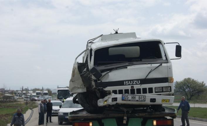 Amasya'da akaryakıt yüklü tanker devrildi: 1 yaralı