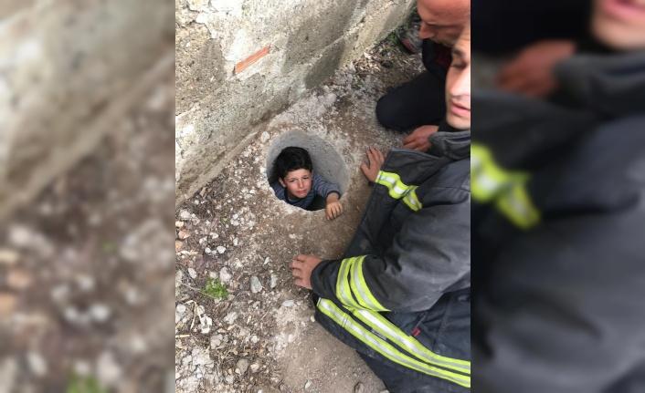Çukura düşen çocuğu itfaiye ekipleri kurtardı