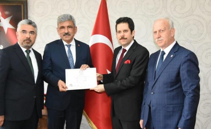 Vezirköprü Belediye Başkanı İbrahim Sadık Edis mazbatasını aldı