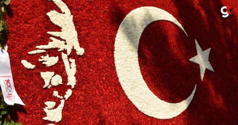 50 Bin karanfille Atatürk ve Türk Bayrağı yaptılar