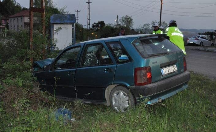 Bartın'da otomobil aydınlatma direğine çarptı: 4 yaralı