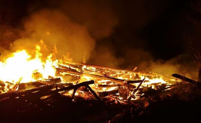 Köyde çıkan yangında 11 ev kullanılamaz hale geldi