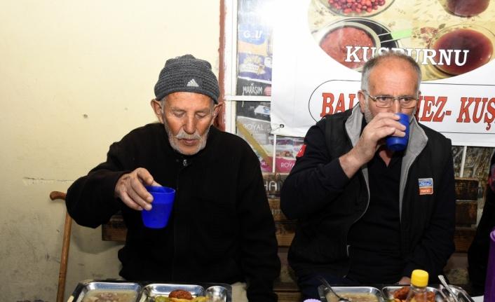 Tanrı misafirleri için 14 yıldır iftar sofrası kuruyorlar