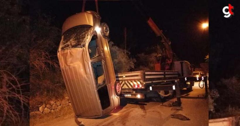 Araç duvara çarparak devrildi