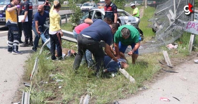 Araç refüje saplandı, 2 ölü 5 yaralı