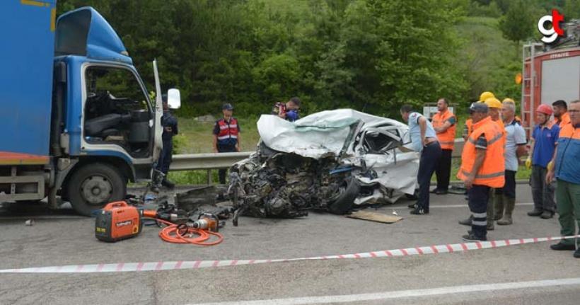 Kamyon ile otomobil çarpıştı 2 kişi öldü 1 kişi yaralandı