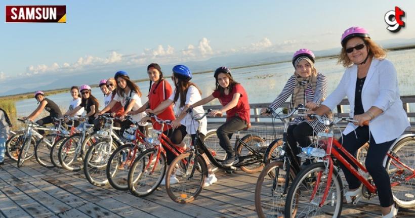Samsun'un Bafra ilçesinde öğrenciler, Kızılırmak Deltası Sulak Alan ve Kuş Cenneti'nde bisikletlerle tur attı ve kuşları gözlemledi