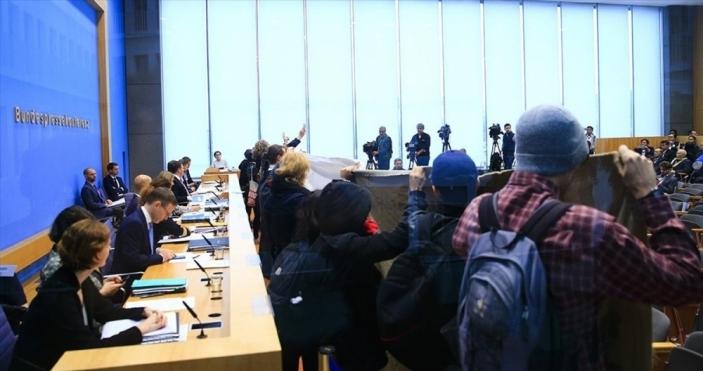 Almanya'da terör örgütü yandaşları basın toplantısını bastı