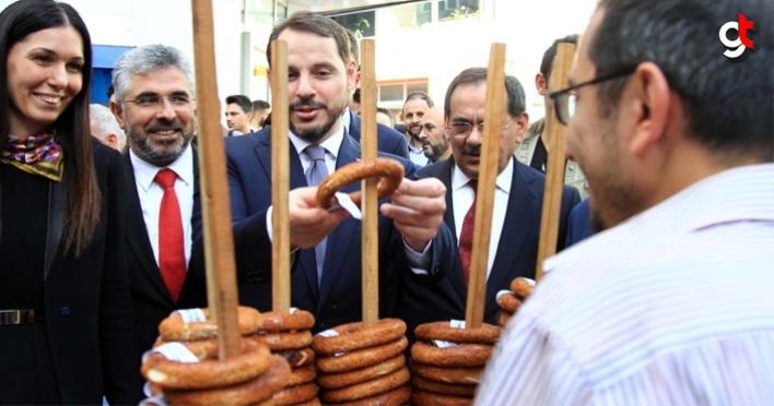 Bakan Berat Albayrak, Samsun simidini basın mensuplarına dağıttı
