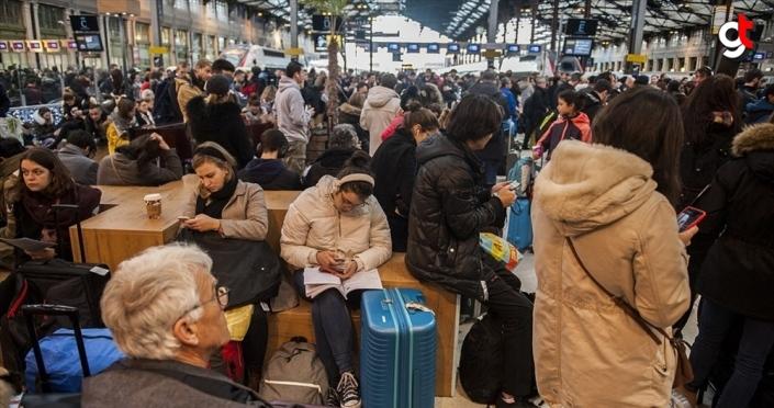 Fransa'da grevler günlük hayatı zorlaştırıyor