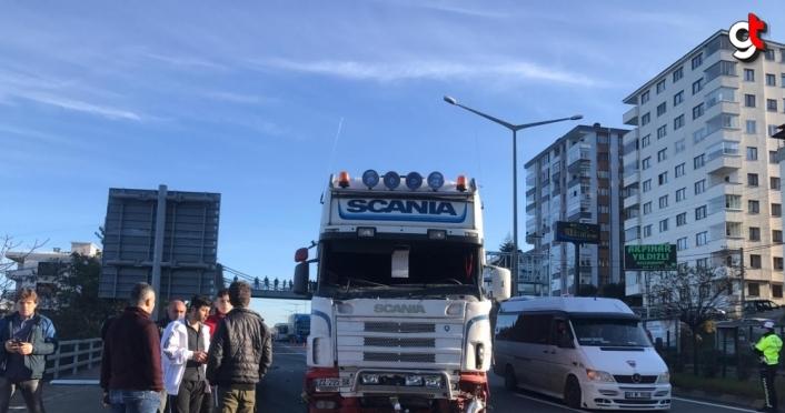 Trabzon'da yolcu minibüsü ile tır çarpıştı