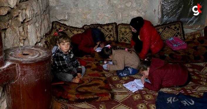 İdlib'deki bombardımandan evlerinin toprağını öpüp kaçtılar