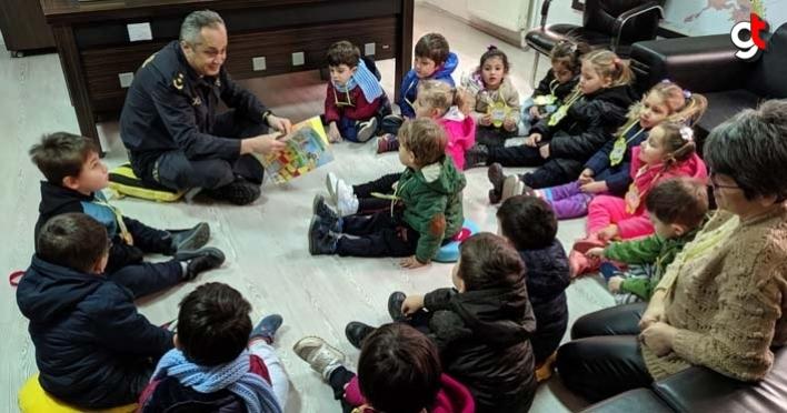 Samsun ilçe emniyet müdürü yere oturup çocuklara kitap okudu