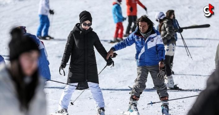 Uludağ'da 2 saatlik eğitimle kayak yapmanın keyfine varıyorlar