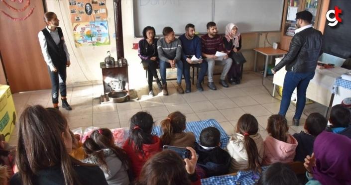 Üniversite öğrencileri köy köy gezip Karslı çocukları tiyatro ile tanıştırıyor