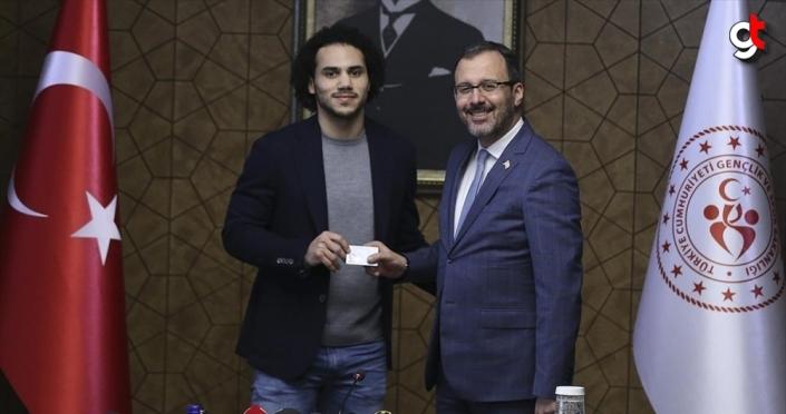 Bakan Kasapoğlu Larkin'e TC kimlik kartını verdi