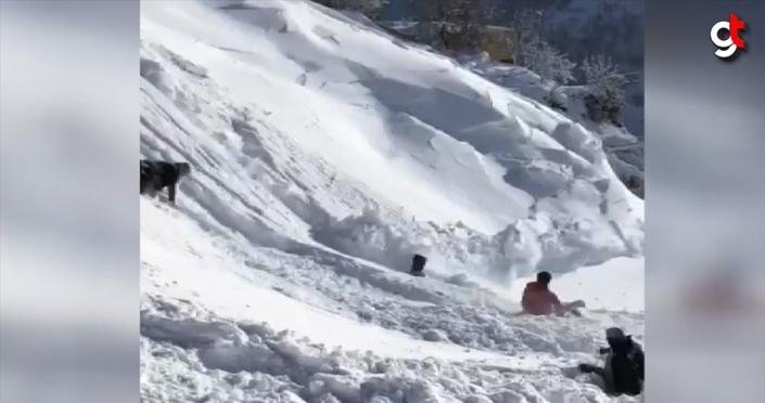 Bingöl'de düşen kar kütlesi kızak kayan çocukları korkuttu