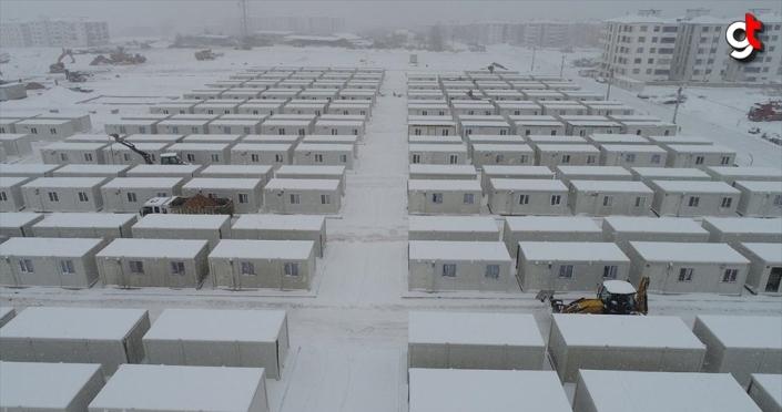 Depremzedeler için konteyner kent kurulumu kar yağışına rağmen sürüyor