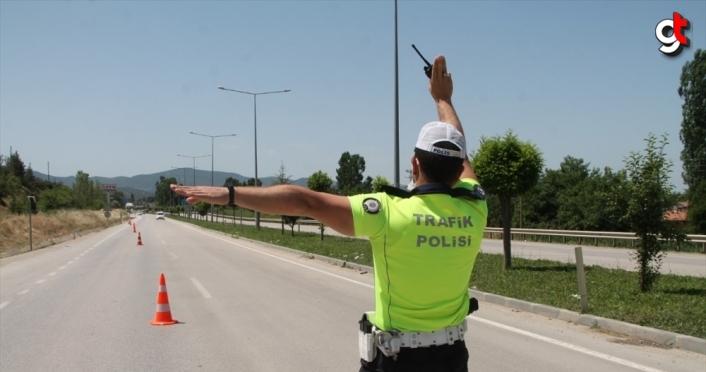 Amasya'da maket polis aracının yanında