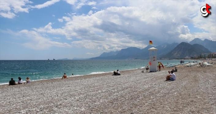 Antalya sahillerinde 'sosyal mesafeli' deniz ve güneş keyfi