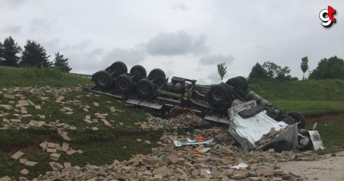 Bolu'da şarampole devrilen tırın sürücüsü yaralandı