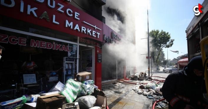 Düzce'de çıkan yangında 2 iş yeri ve 1 konut zarar gördü