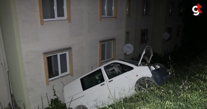Düzce'de park halindeyken aniden hareket eden kamyonet binaya çarptı