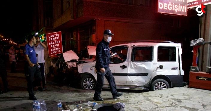 Hafif ticari araç park halindeki otomobile çarptı: 3 yaralı