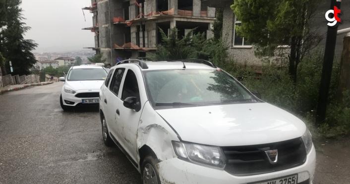 Karabük'te freni boşalan park halindeki minibüs inşaat duvarına çarptı