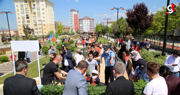 Kastamonu Belediyesi çocuklara 15 bin çiçek fidesi dağıttı