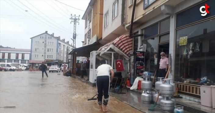 Kastamonu'da sağanak nedeniyle bazı dükkan ve evleri su bastı