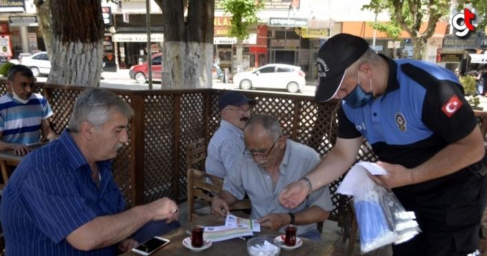Merzifon'da polis ekipleri maske ve broşür dağıttı