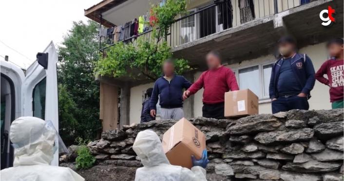 Safranbolu'da karantinaya alınan sokakta vatandaşlara gıda yardımı yapıldı