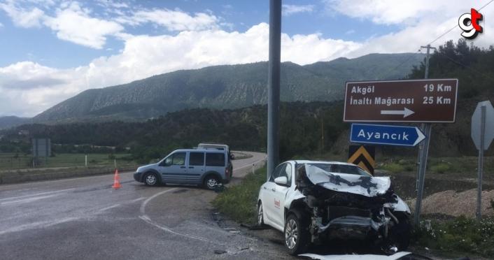 Sinop'ta kamyonet ile otomobil çarpıştı: 3 yaralı