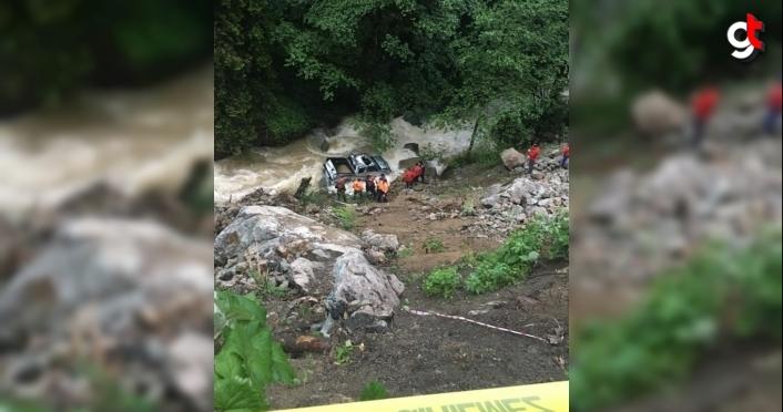 Trabzon'da dereye yuvarlanan kamyonetin sürücüsü akıntıda kayboldu