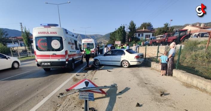Amasya'da kontrolden çıkan otomobil duvara çarptı: 4 yaralı