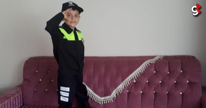 Amasya'da polis, şehit çocuğuna üniforma hediye etti