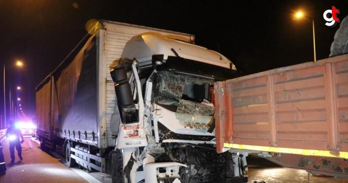 Anadolu Otoyolu'ndaki kazada tırda sıkışan sürücüyü itfaiye kurtardı