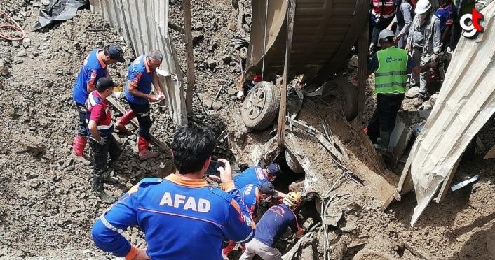 Artvin'in Yusufeli ilçesinde araçlarıyla sel sularına kapılarak kaybolan 3 kişiden diğer ikisinin de cansız bedenlerine ulaşıldı.