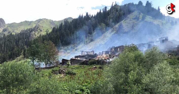 GÜNCELLEME - Artvin'de bir köyde çıkan yangın kontrol altına alındı