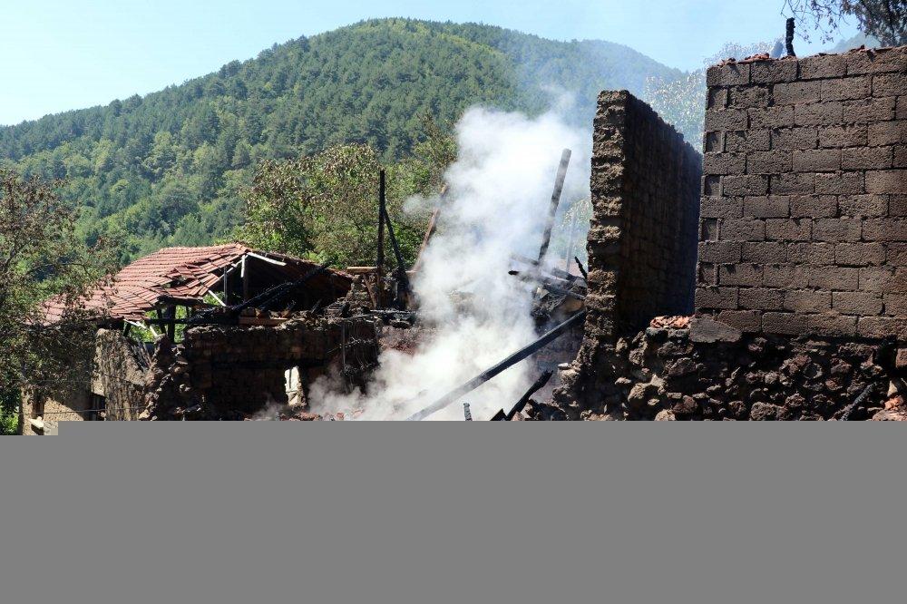 Karabük'te çıkan yangında iki ev yandı