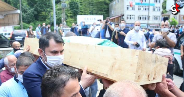 Rize'deki sel ve heyelanda hayatını kaybeden kadının cenazesi toprağa verildi