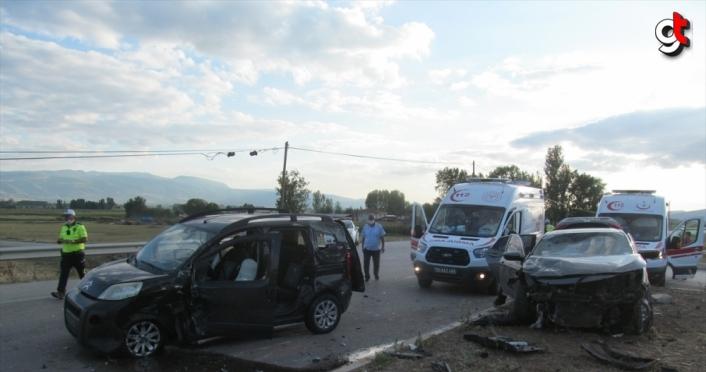 Tokat'ta hafif ticari araç ile otomobil çarpıştı: 8 yaralı