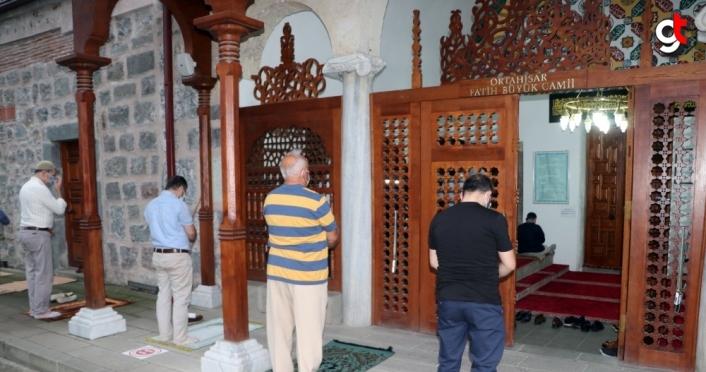 Trabzon'da bayram namazı Kovid-19 tedbirlerine uyularak kılındı