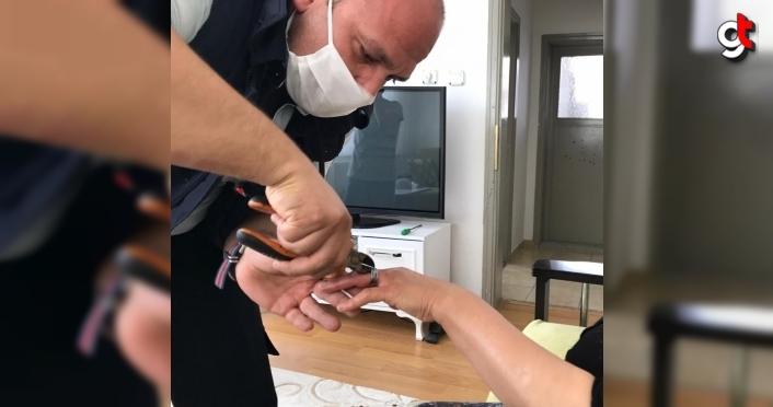 Yaşlı kadının parmağına sıkışan yüzüğü itfaiye ekipleri çıkardı