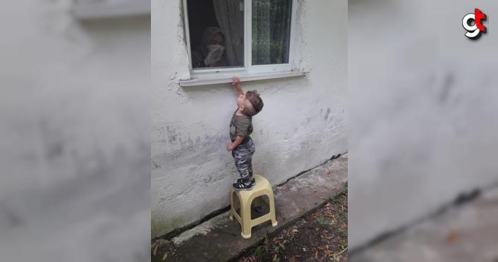 2 yaşındaki Ali Asaf, Kovid-19'a yakalanan babaannesiyle camdan hasret giderdi