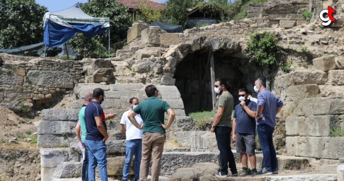 DÜ Fen Edebiyat Fakültesi yönetim kurulu üyeleri kazı alanını ziyaret etti