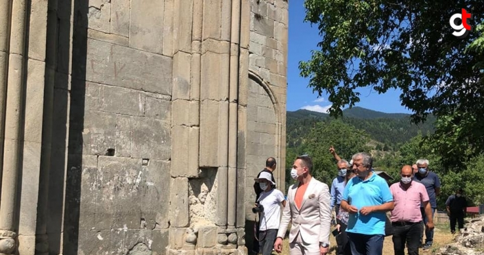 Gürcistan'ın Ankara Büyükelçisi Janjgava, Artvin'deki Tibeti Kilisesi'nde incelemelerde bulundu