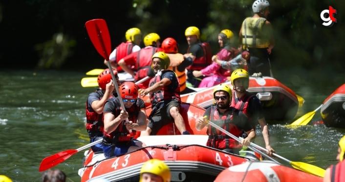 Maceraseverler bayram tatilinin tadını Melen Çayı'nda rafting yaparak çıkardı