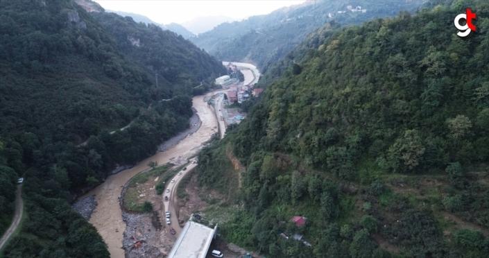 Şiddetli yağışın ardından bazı bölümleri çöken Dereli-Giresun yolu havadan görüntülendi